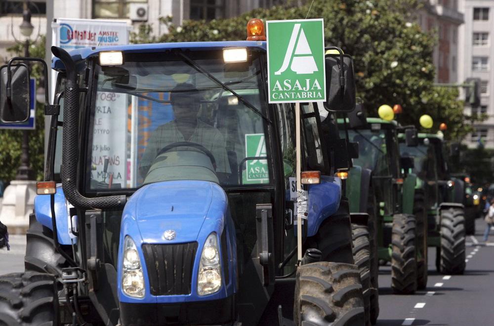 """Concentración de ganaderos, en Santander, bajo el lema """"Salvad la ganadería, salvad Cantabria"""""""